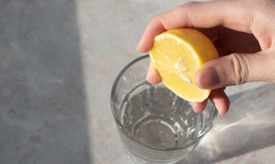 Aggiungere il succo di limone all'acqua