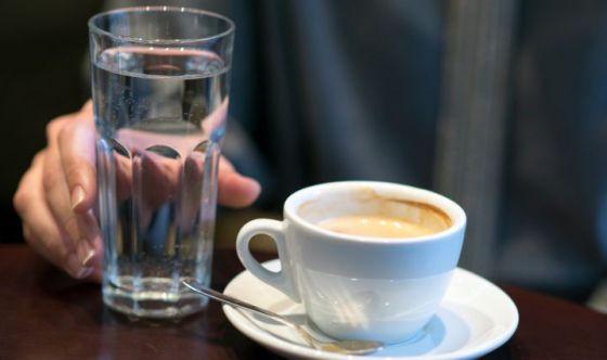 Bere acqua prima del caffè