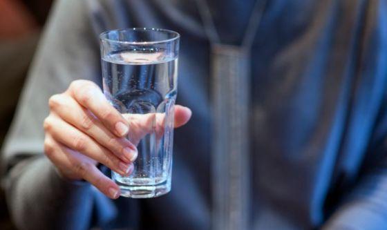Bere a piccoli sorsi e mai acqua troppo fredda