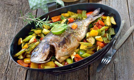 Verdure con patate e pesce al forno