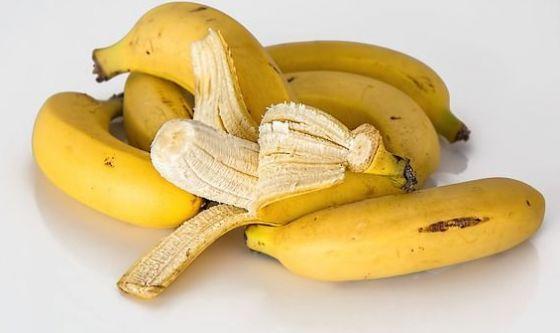 Lucida le scarpe con la buccia di banana