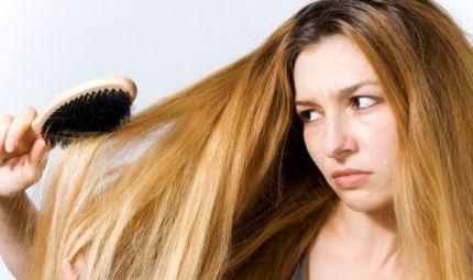 Anche le donne perdono i capelli