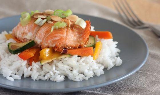 Risino con verdurine di stagione, curcuma e salmone scottato