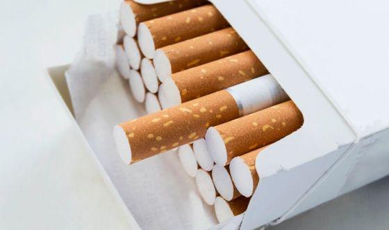 Mettere le sigarette in un cassetto
