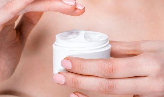 Usare la crema per il viso