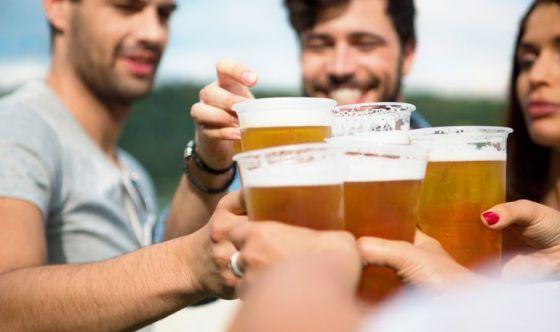 Bere un caffè o una birra con un amico