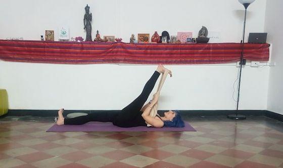 Aiutati con una sciarpa: le posizioni yoga per tutti