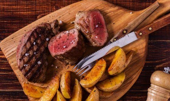 Limitare la carne rossa e le carni lavorate e conservate