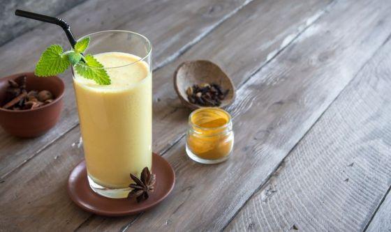 La bevanda alle banane e alla curcuma