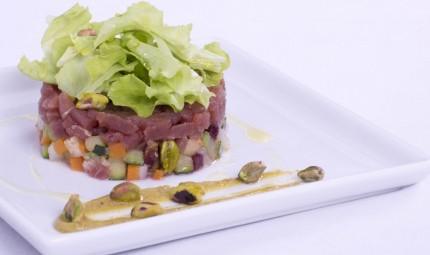 Tartare di tonno con panzanella profumata ai pistacchi