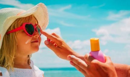 Bambini e sole, indispensabile la protezione