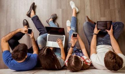 Adolescenti: dalle foto ai post, guida all'uso di Internet