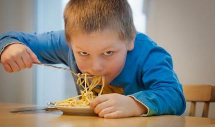 Dieta dei bimbi sempre meno sana: colpa del marketing?