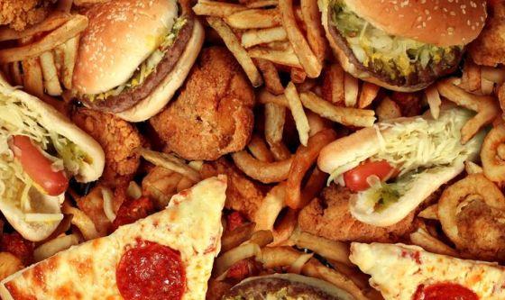 Adolescenti: troppo cibo spazzatura quando si mangia fuori