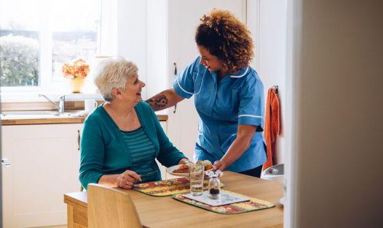 Anziani: il vademecum per scegliere la badante