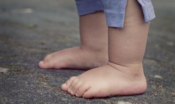 Stare scalzi aiuta il bambino a camminare meglio