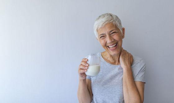 Over65, bevete di più: non solo acqua ma anche latte e tè