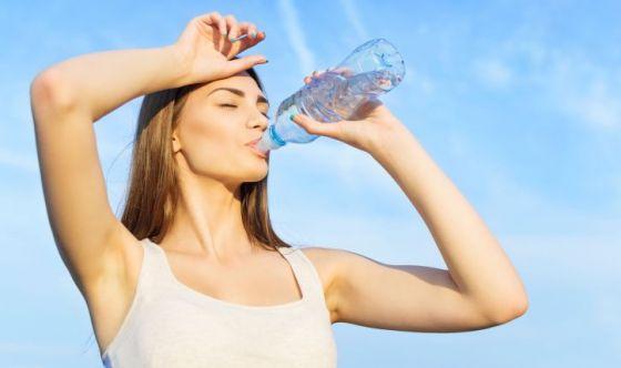 Bere acqua per mantenere lubrificate le articolazioni
