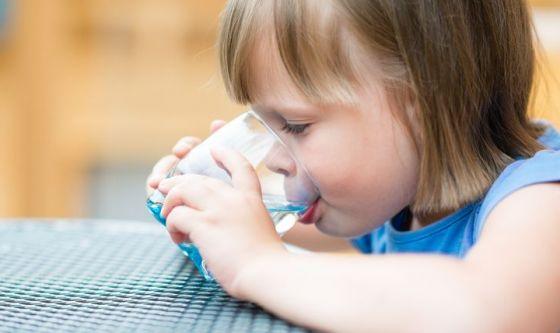 Tosse e disturbi respiratori per i bimbi che bevono poco