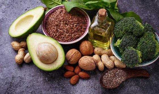 Verdure, olio, olive, noci e vino: la dieta dei centenari