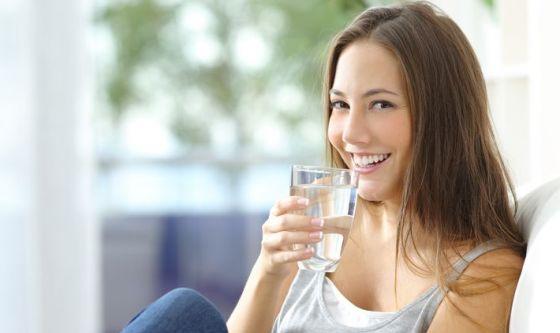 Stare a dieta è più facile bevendo tanto e cenando prima