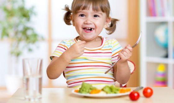 Bimbi: 7 trucchi per fargli mangiare frutta e verdura
