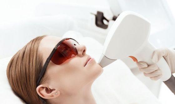 Acne, capillari, macchie: arriva il laser colorato pulsato