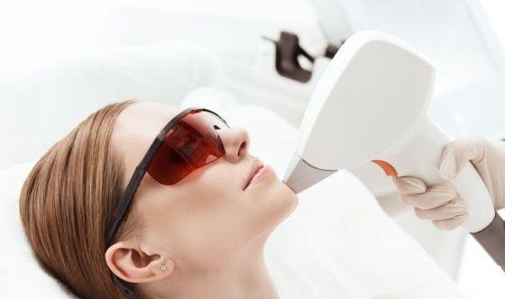 Sole, farmaci, ormoni: se la pelle si macchia c'è il laser