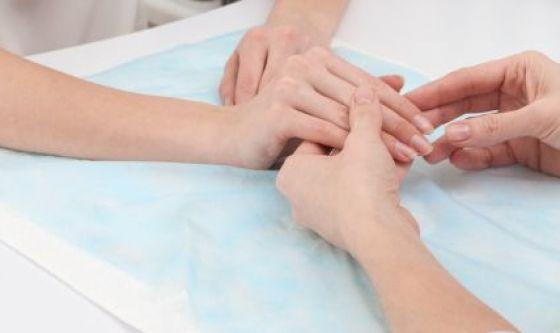 Ringiovanire le mani: i trattamenti estetici