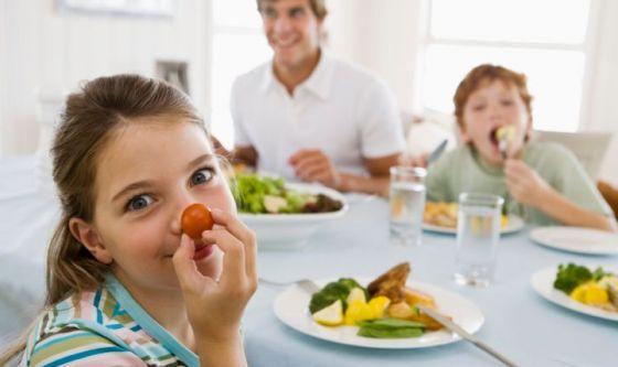 Studenti a tavola: sì a proteine magre, verdura e frutta