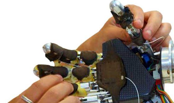 Sei quadriplegici muovono le mani grazie a guanto hi-tech