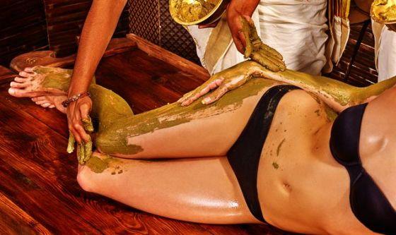 Il massaggio al fango riduce la cellulite e sgonfia le gambe