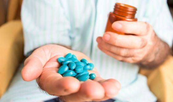 Gli uomini acquistano 12 pillole dell'amore al minuto