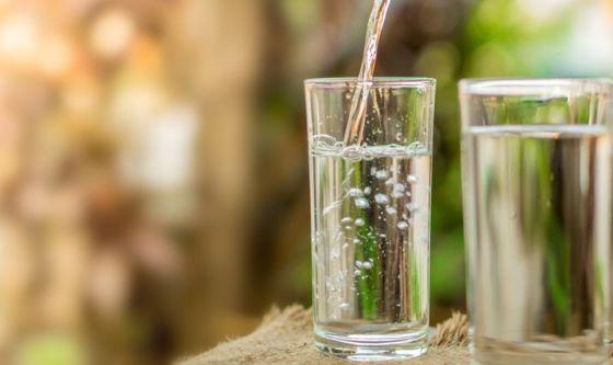 Bellezza da bere: pelle più bella con acqua e integratori