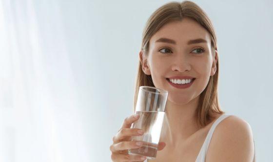 Pancia piatta e niente rughe: il segreto è l'acqua
