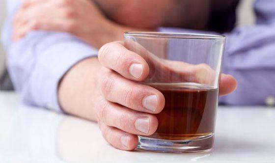 Bere troppi alcolici riduce l'aspettativa di vita