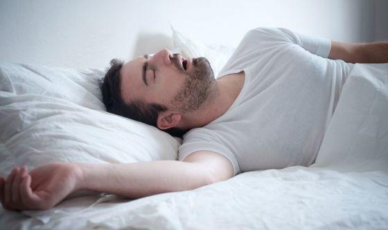 Apnea notturna: cos'è, cause, sintomi e rimedi