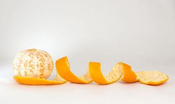 Bucce d'arancia e zolfo per purificare l'acqua inquinata