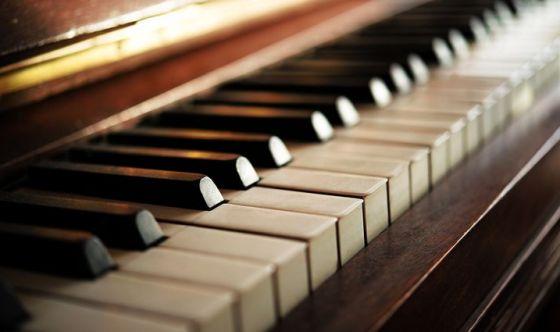 Asportano il tumore al cervello mentre suona il piano