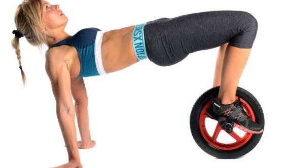 Il Reverse crunch con il Si-Wheel, l'allenamento sulla ruota