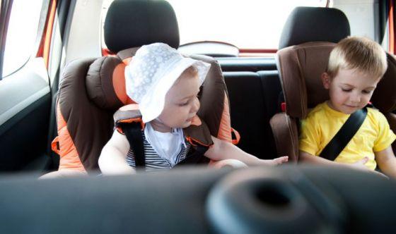 Genitori e figli: le regole di buona educazione in auto