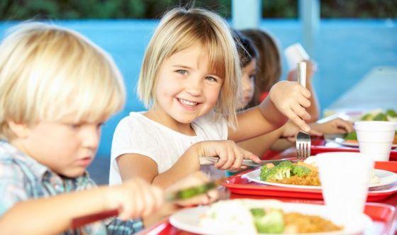 Bimbi in sovrappeso: colpa di scuola e famiglia?