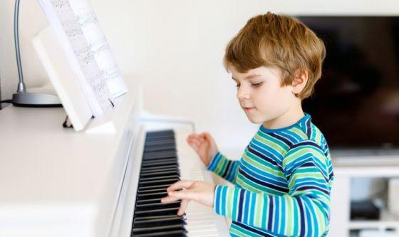 Bambini pianisti migliorano le proprie abilità linguistiche