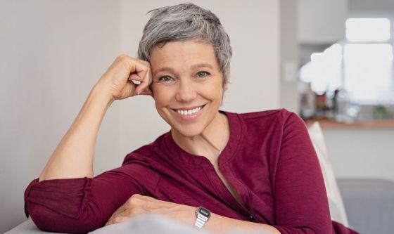 Capelli bianchi o grigi: come proteggerli dall'ingiallimento