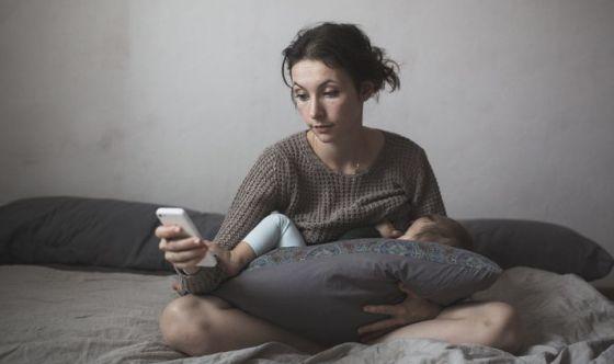 La tecnologia distrae anche durante l'allattamento