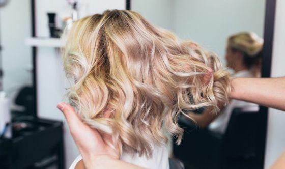 Luminosità e protezione per i capelli biondi