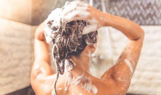 Delicatezza e pulizia profonda per i capelli grassi