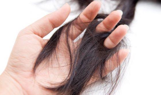 Prevenire la caduta dei capelli e curarla naturalmente