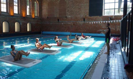 Float Piloga, gli esercizi per scolpire il corpo in piscina