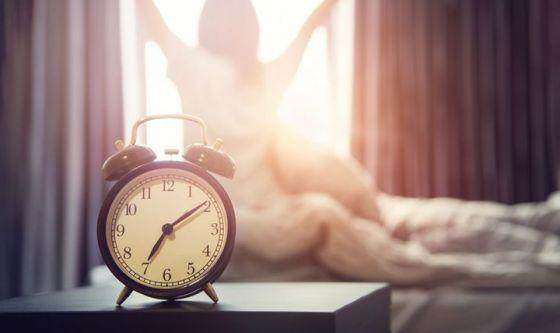 A letto presto e sveglie presto: così non ci si deprime